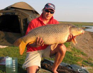 Мужик с большой рыбой