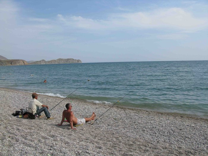 Два человека на пляже