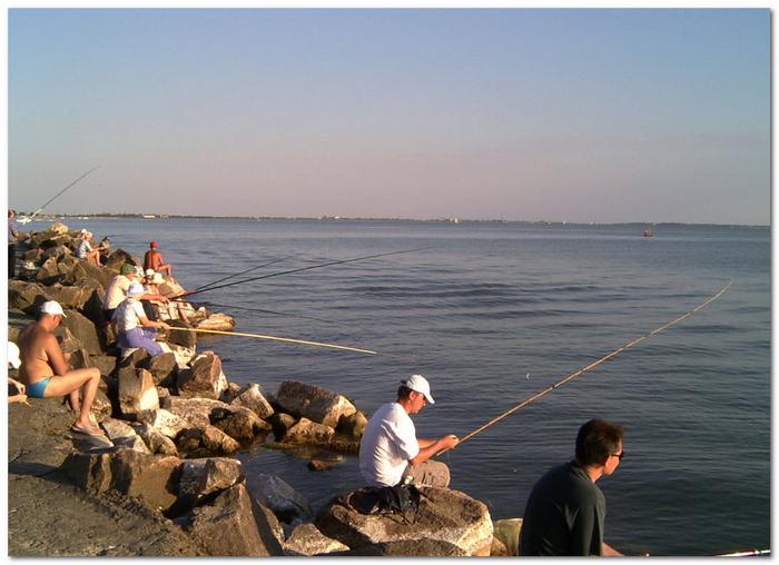 Рыбаки на камнях