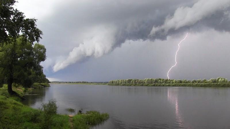 Молния над рекой