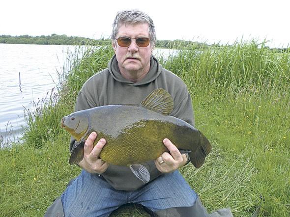 Усатый рыбак с линём в руках