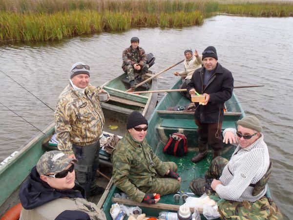 Рыбаки на лодках