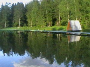 Вода пристань и домик