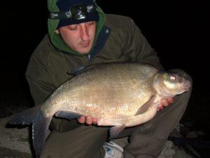 Рыбак с крупной рыбой