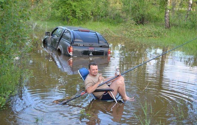 Рыболов и машина в луже