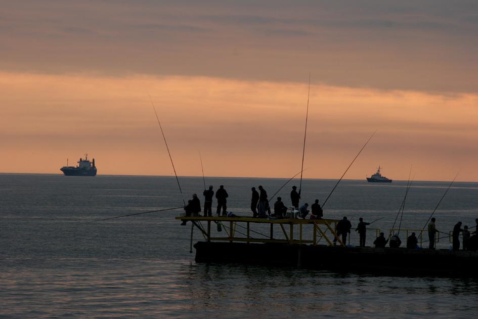 Рыбаки на пристани