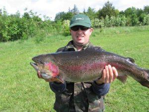 Мужик с огромной рыбой