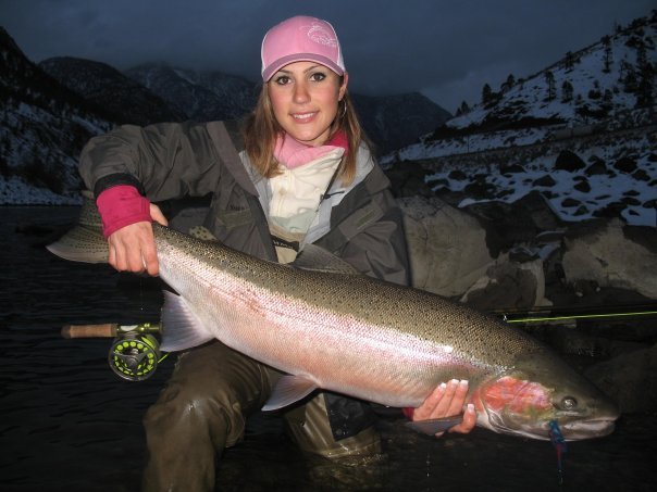 Девушка с большой рыбой