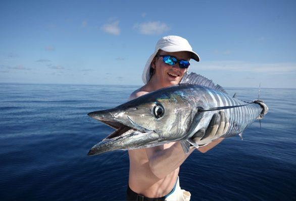 Голубая лагуна и рыбак с уловом