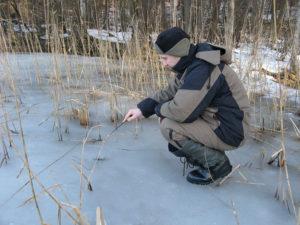 Рыбак рыбачит на льду