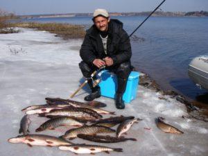 Рыбак с кучей рыбы