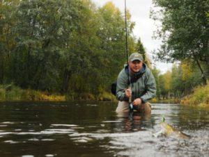 Рыбак в реке
