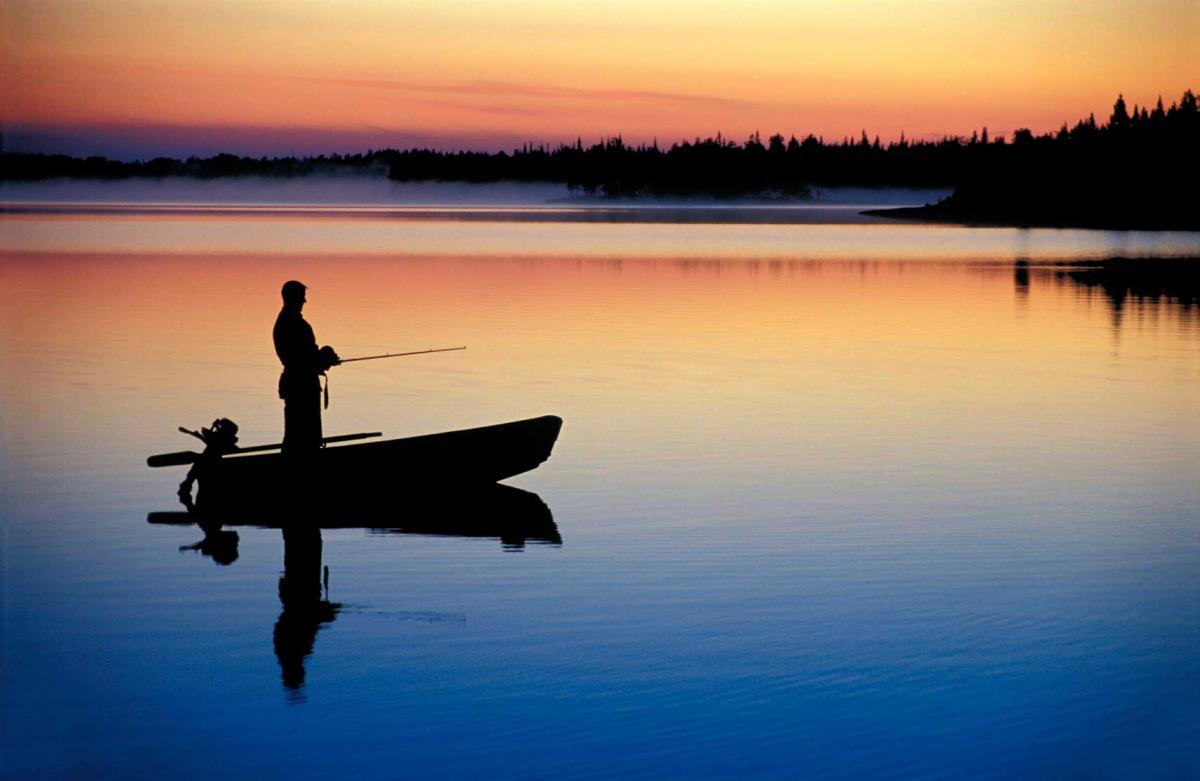 Рыбак в лодке на закате