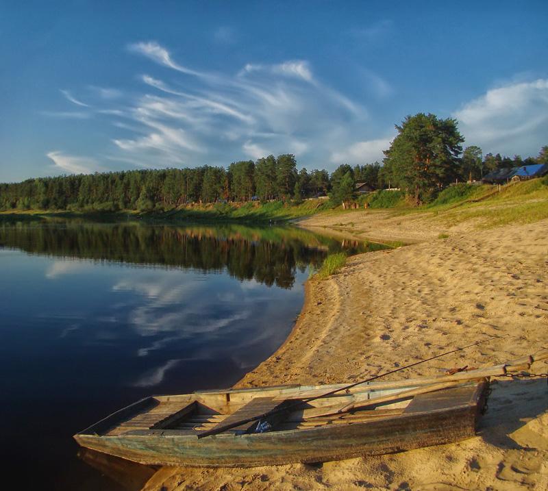 Деревянная лодка на берегу