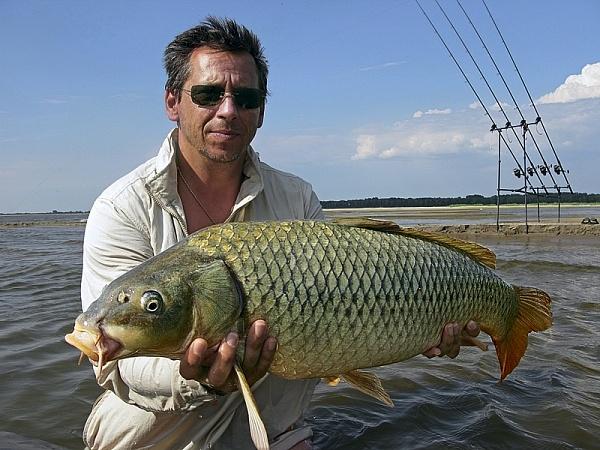 Рыбак с крупным сазаном