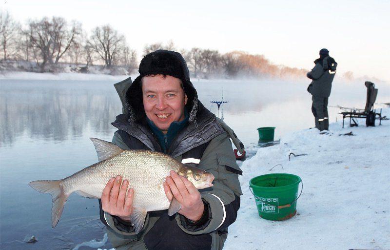 Довольный рыбак с уловом