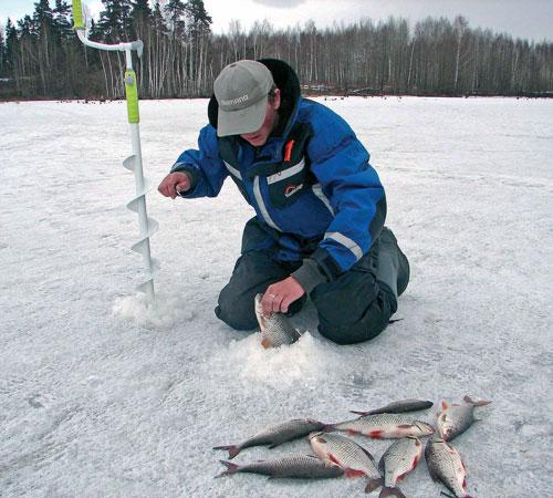 Рыбак вытаскивает рыбу