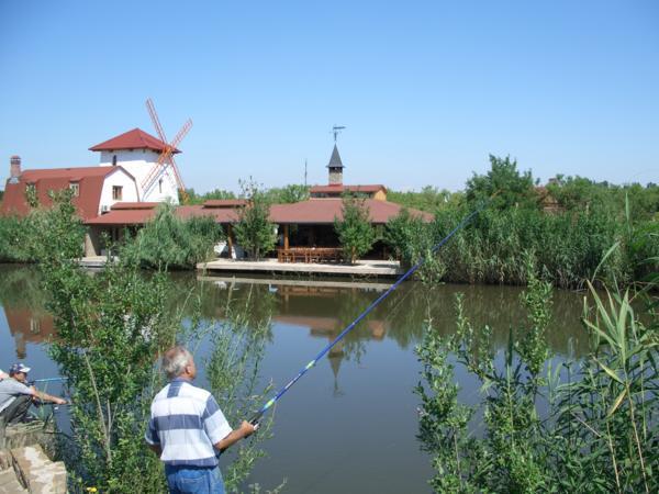 Ветреная мельница на фоне озера