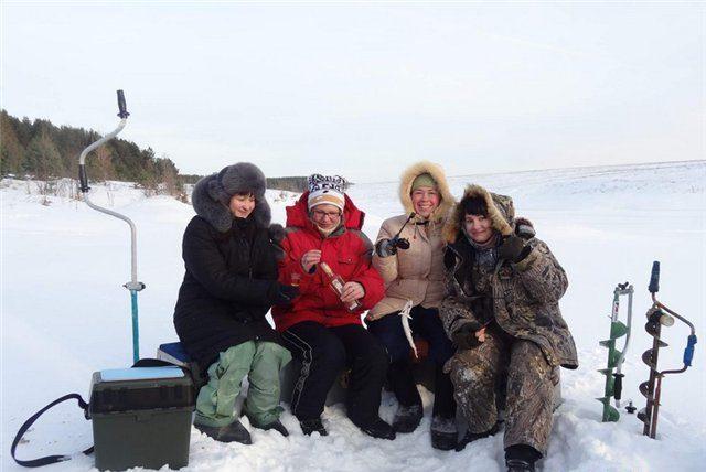 Девушки на зимней рыбалки