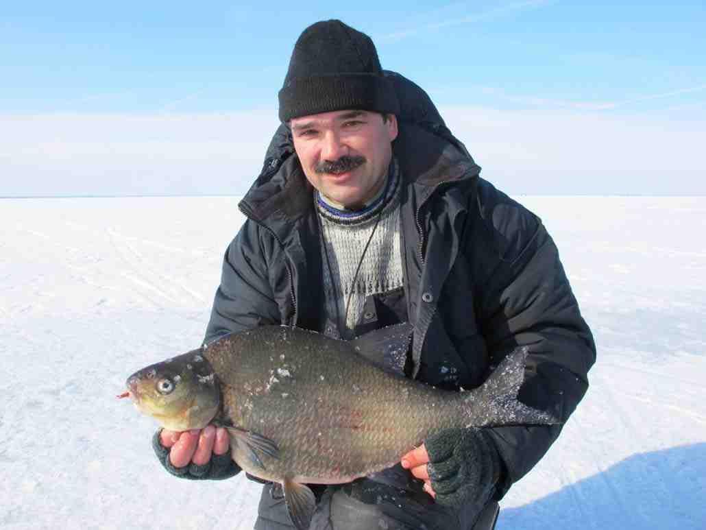 Усатый мужик с крупной рыбой