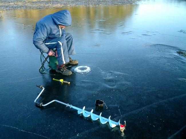 Рыбак и бур на льду