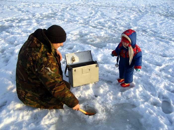 Мужик с ребёнком на льду
