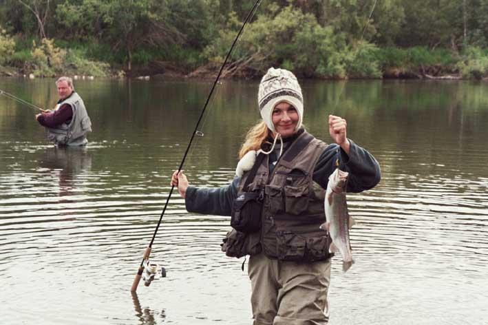 Девушка с удочкой и рыбкой