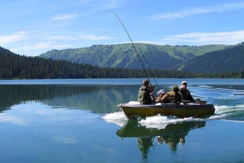 Группа рыбаков в лодке