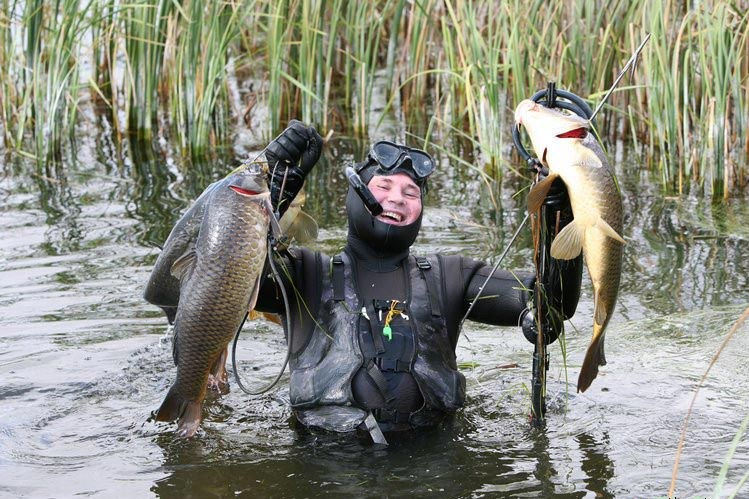 Рыбак с рыбой в руках