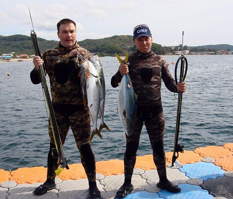 Два подводных охотника с трофеями