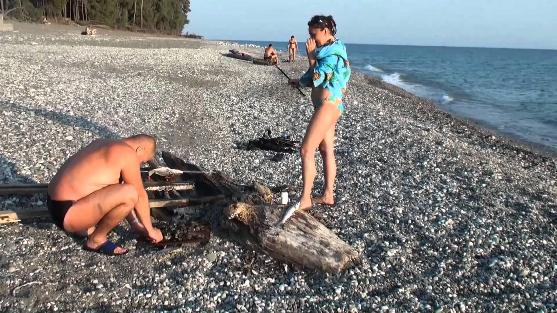 Мужчина с девушкой на пляжу