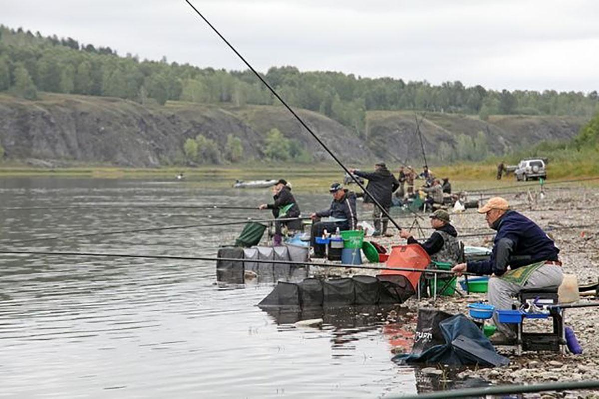 Группа рыбаков на берегу