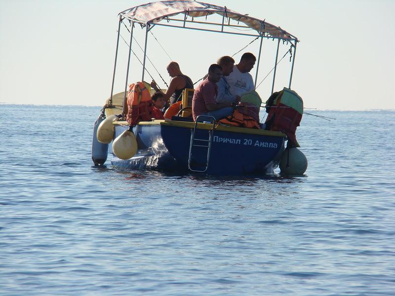 Лодка с толпой рыбаков