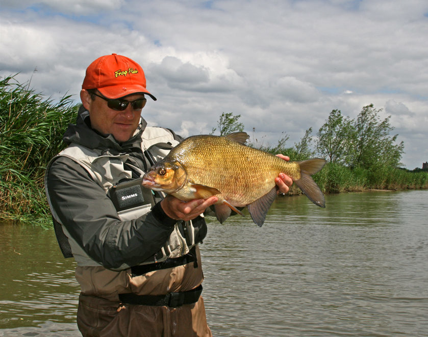 Рыбак с огромным лещом