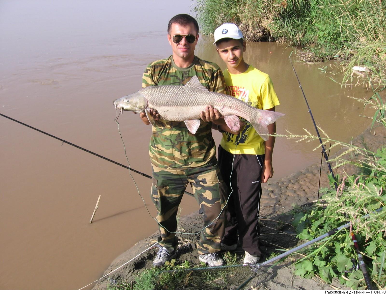 Два рыбака с уловом