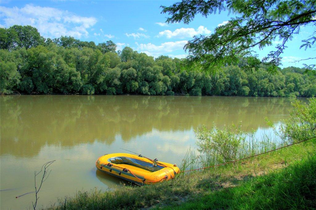 Жёлтая надувная лодка в реке