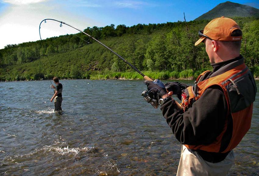 Два рыбака в реке