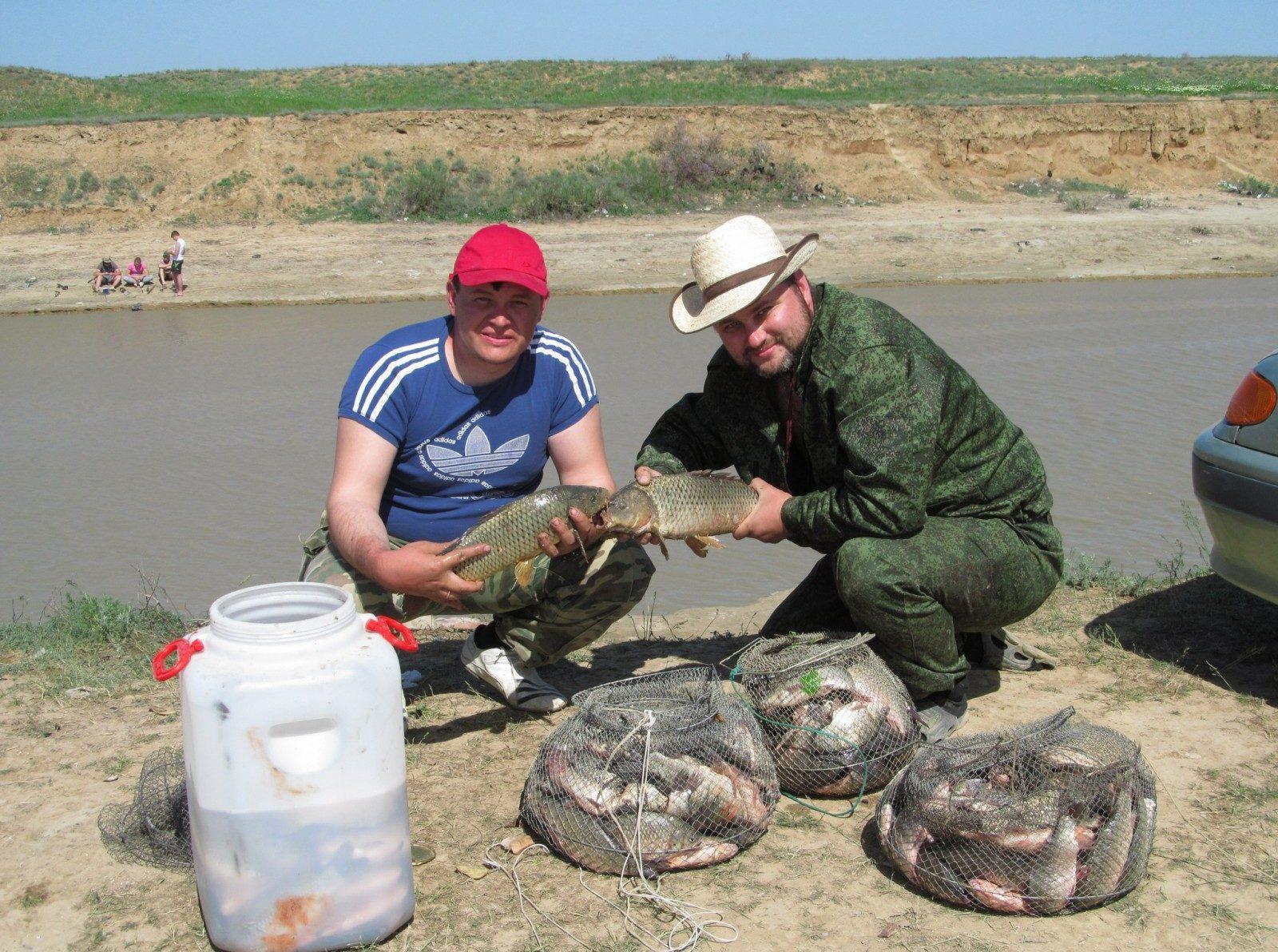 Два рыбака с полными садками