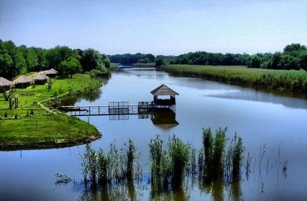 Пристань с домиком на воде
