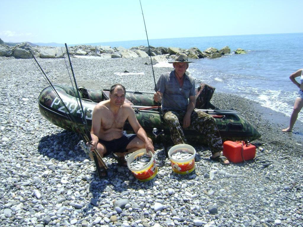 Рыбаки с полными вёдрами рыбы