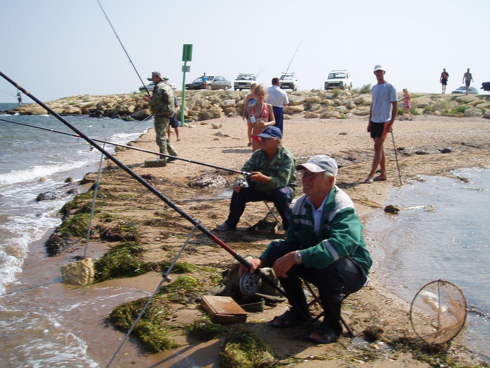 Рыбаки на побережье
