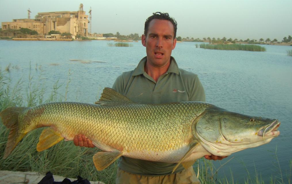 Рыбак с огромной рыбой
