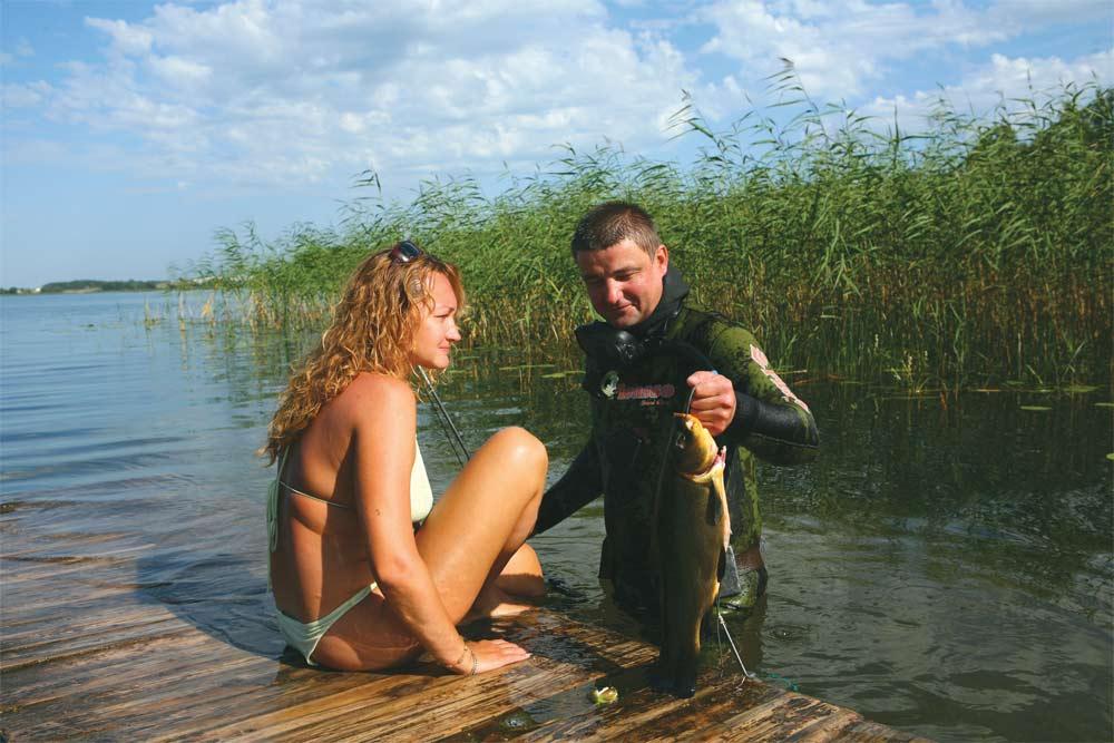 Парень и девушка на рыбалки в Белоруссии