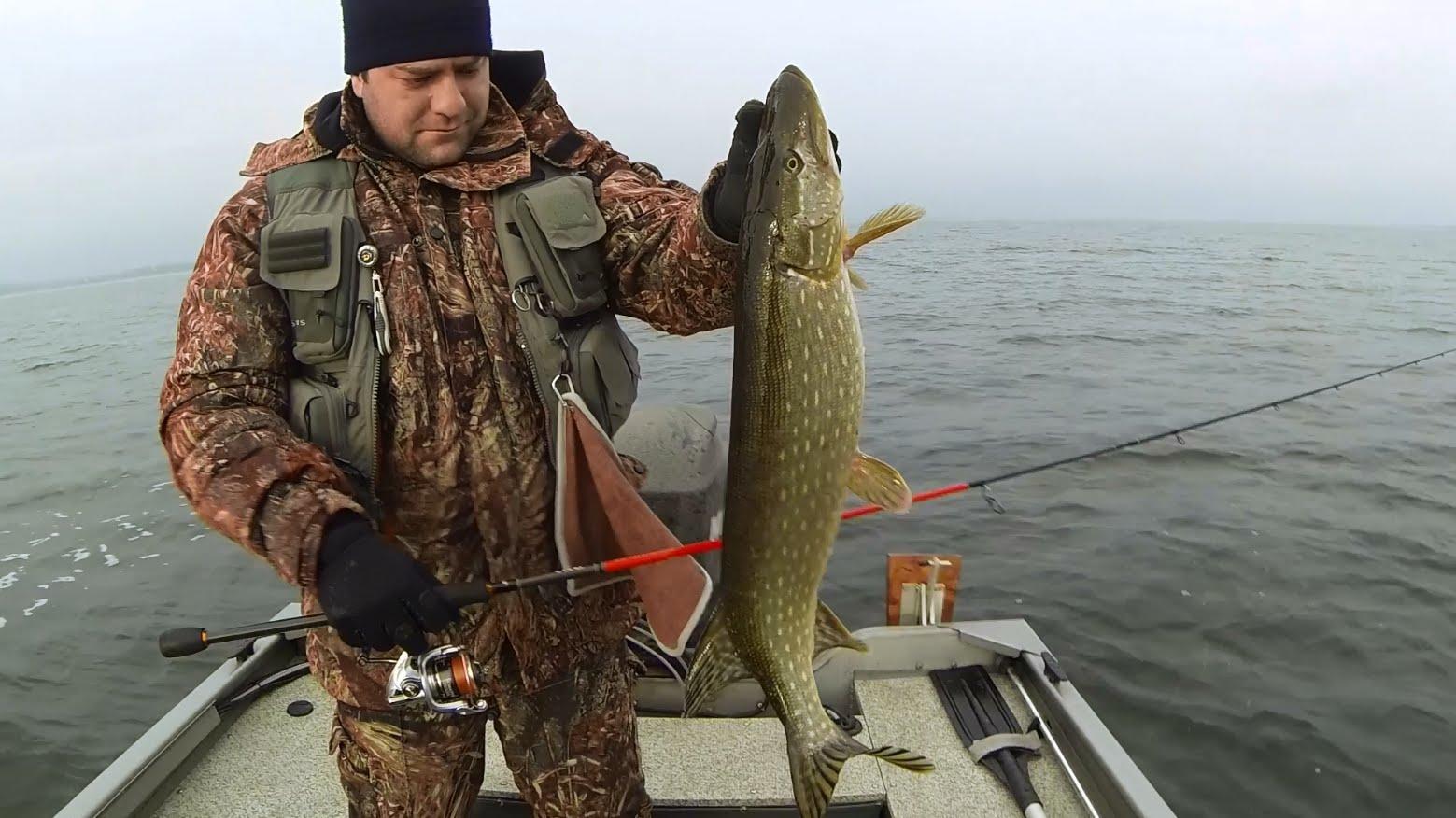 Рыбак в лодке с рыбой