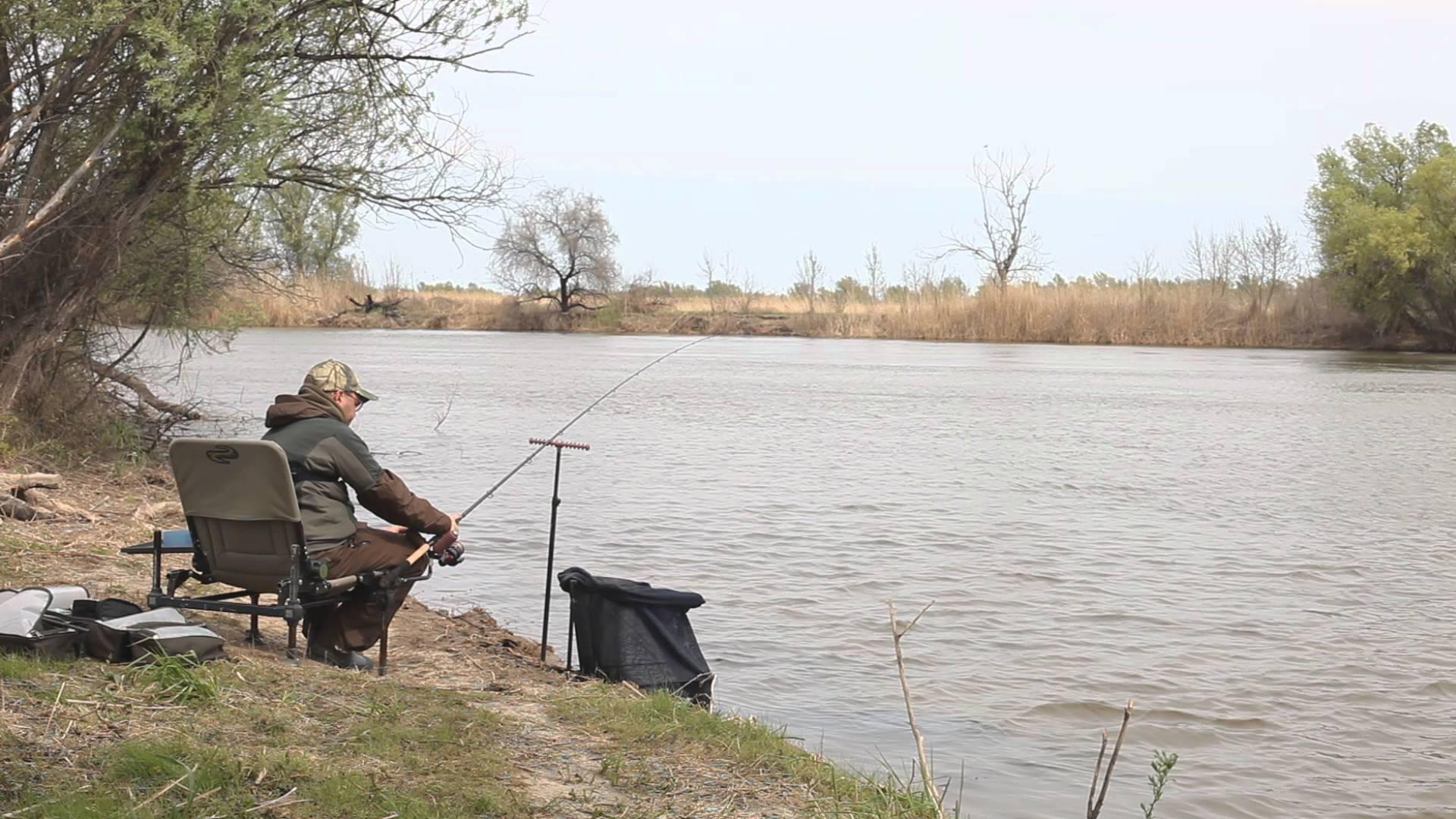 Рыбак в кресле с удочкой