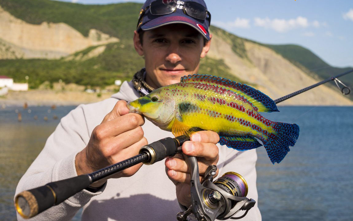 Рыбак с рыбкой в руках