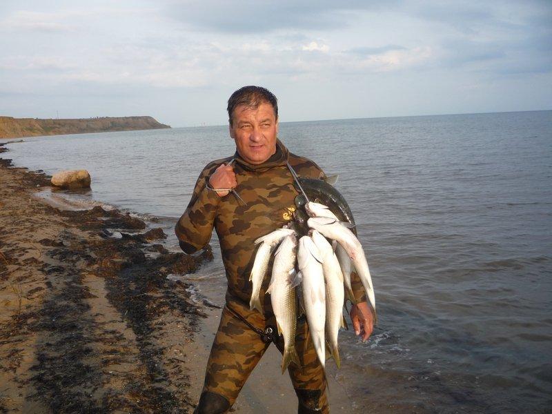 Рыбак с пучком рыбы