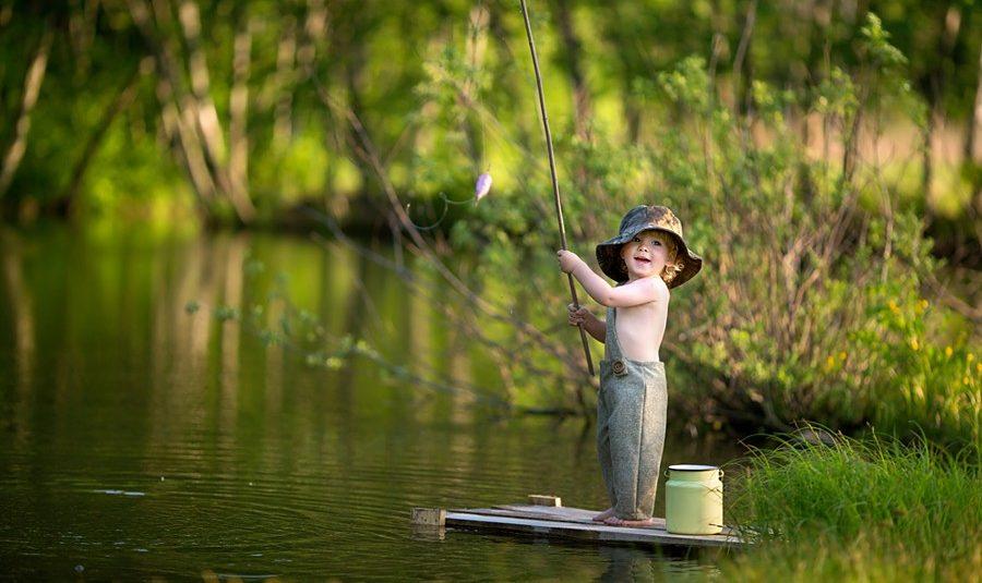 Юный рыболов с удочкой