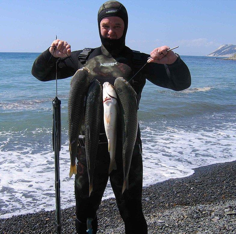 Подводный охотник с уловом