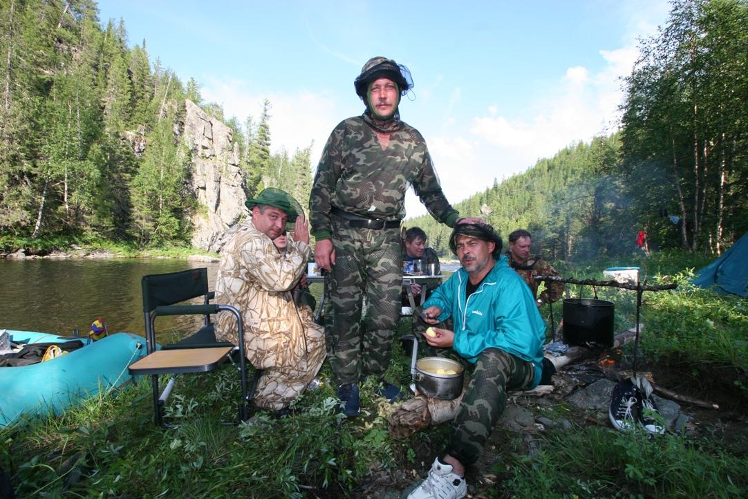 Рыбаки готовят уху на костре